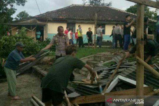 BPBD Cianjur dirikan tenda darurat ruang kelas madrasah ambruk
