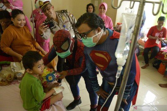 Superhero hibur pasien anak
