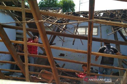 Atap ruang kelas sekolah dasar negeri di Kabupaten Kudus roboh