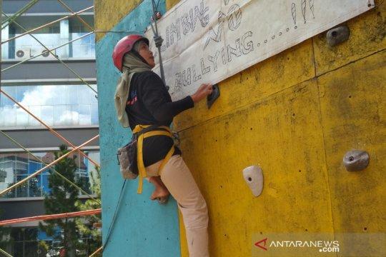 Mahasiswa UMK kampanyekan antiperundungan lewat aksi panjat dinding