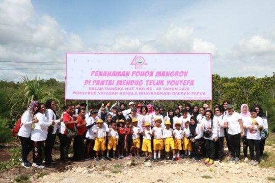 Bhayangkari Papua tanam 200 bibit mangrove di pesisir  Pantai Mendug