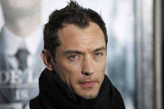 """Jude Law akan bermain dalam serial """"The Auteur"""" Taika Waititi"""