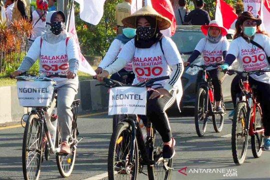Sejumlah warga bersepeda ke Surabaya untuk memprotes operasi tambang