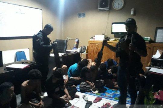 Puluhan pemuda diduga anggota gangster diciduk polisi