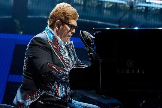 Elton John tinggalkan panggung karena pneumonia