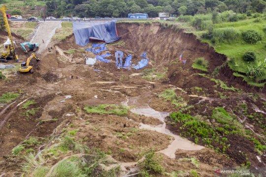 Perbaikan area terdampak longsor di Bandung Barat