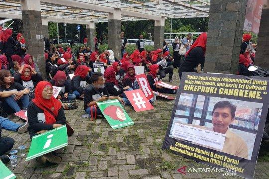 Ratusan mak pendukung Eri Cahyadi demo di Bawaslu Surabaya