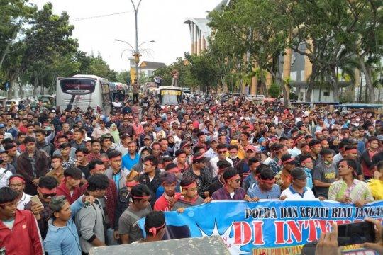 Warga Bengkalis demo ke Polda Riau tuntut proses hukum Plt Bupati