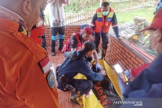 Petugas evakuasi jasad anak kedua yang hanyut di aliran sungai Bandung