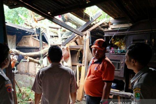 Puluhan rumah rusak di Karawang disapu angin puting beliung