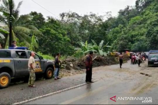 100 warga lebih terisolasi akibat longsor di Kabupaten Solok, Sumbar