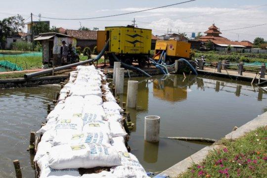 Siswa SDN Banjarasri Sidoarjo gunakan sepatu bot siasati banjir