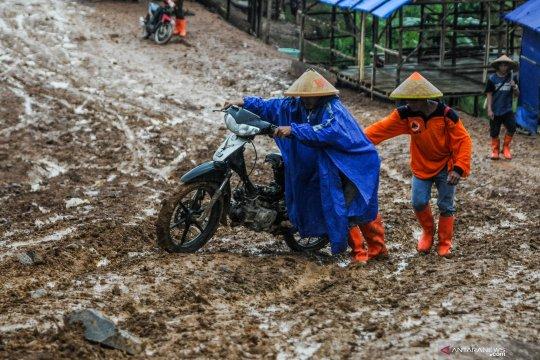Jalanan berlumpur di Lebak Banten menyengsarakan warga