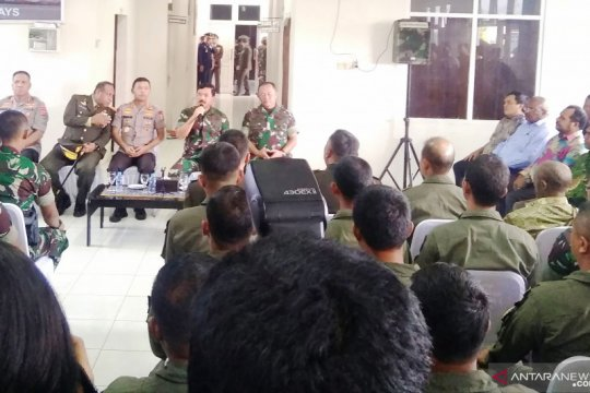 Keterlibatan warga lokal Papua dalam evakuasi korban helikopter
