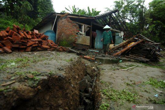 Rumah rusak akibat pergerakan tanah