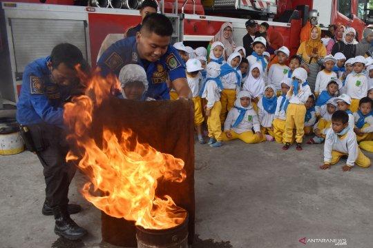 Edukasi pemadaman kebakaran pada siswa TK