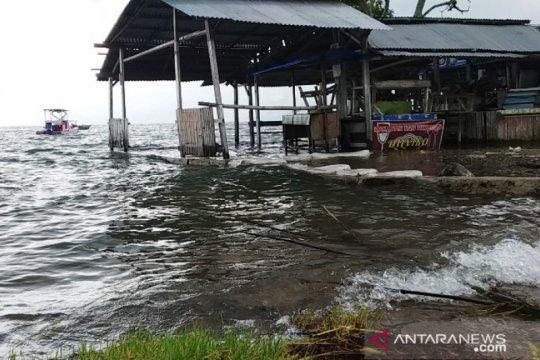 Air Danau Singkarak meluap genangi lahan dan rumah warga