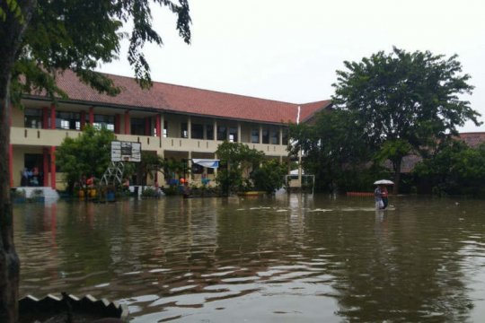 Banjir akibat hujan semalaman genangi SMPN 34 Semarang