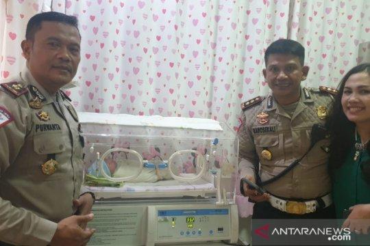 Kanitlantas Polsek Taman Sari bantu ibu hamil akan melahirkan di tol