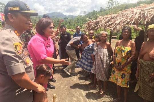 Suku Tugutil di pedalaman Pulau Halmahera mendapat bantuan polisi