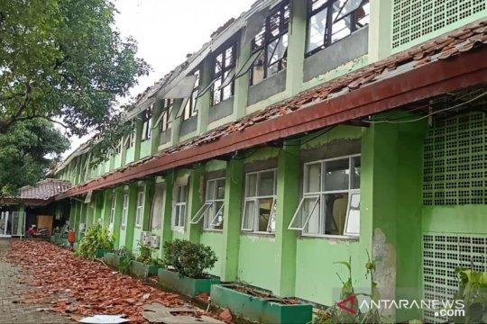 Delapan dari 17 ruang kelas SMKN 24 Bambu Apus ambruk