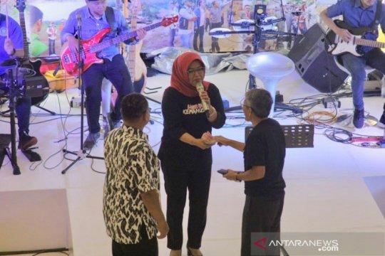 Galang dana lewat bernyanyi, Bupati Bogor dapat saweran Rp21 juta