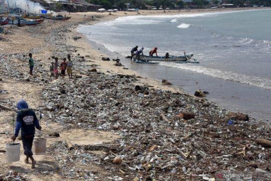 Sampah cemari Pantai Kedonganan Bali