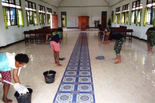 Warga perbatasan RI-PNG dan TNI gotong royong bersihkan gereja Yabanda