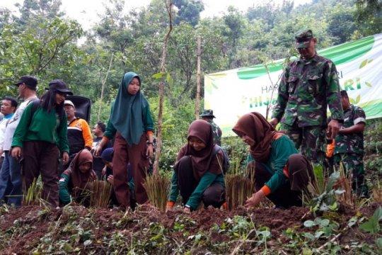 Cegah longsor di Gunung Wilis, TNI-Perhutani dan pemda tanam pohon