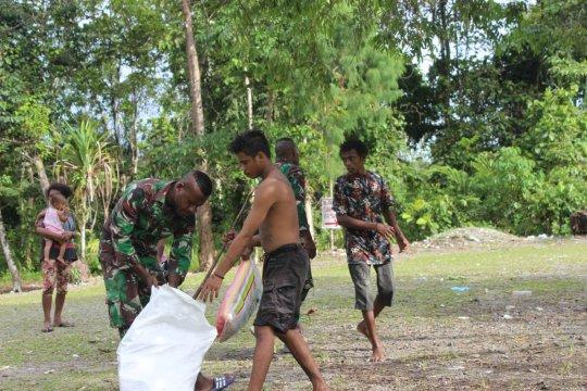 Prajurit TNI ajak warga kampung Inamco jaga kebersihan lingkungan