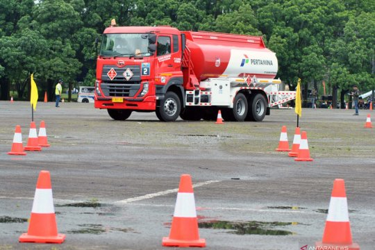 Kompetisi berkendara aman sopir truk tangki BBM