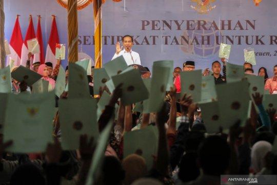 Presiden Jokowi bagikan sertifikat tanah untuk rakyat di Bireuen Aceh