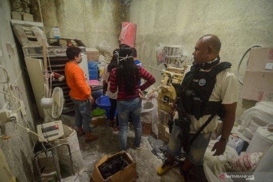 Penggerebekan rumah produksi narkoba di Bandung