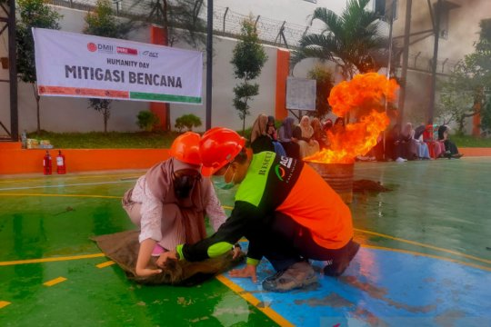 Pelajar di Medan diberi pelatihan mitigasi bencana kebakaran oleh ACT