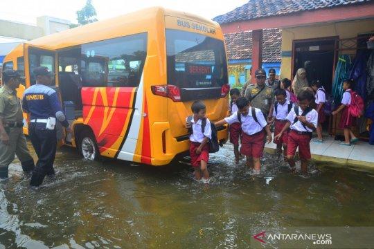 Evakuasi siswa akibat sekolah banjir