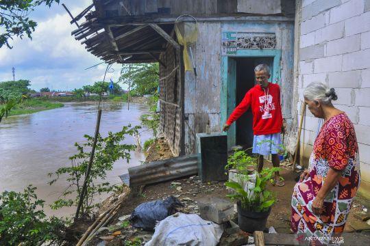 Rumah amblas di bantaran Kali Bekasi