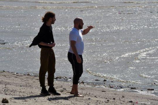 Warga Prancis kunjungi lokasi buaya ban