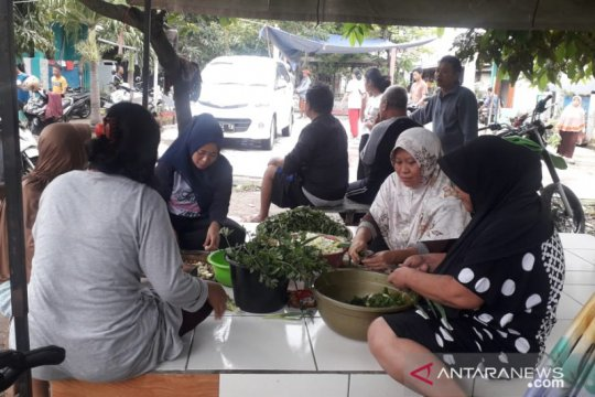 Korban banjir Karawang dirikan dapur umum swadaya
