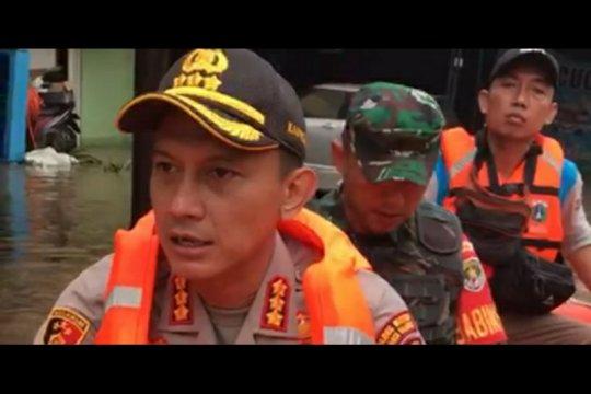 Kapolres Jakarta Selatan evakuasi warga yang sakit di Mampang
