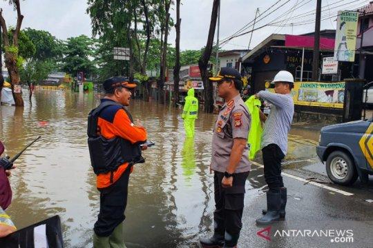 800 petugas dikerahkan untuk bantu korban banjir di Bekasi