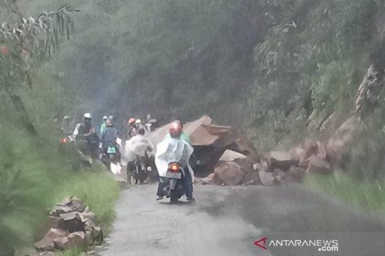 Batu longsor tutup jalan raya Cikajang-Pameungpeuk di Garut