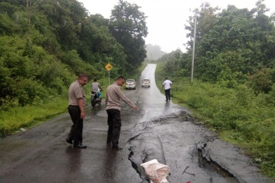 Longsor dan jalan ambles landa wilayah barat Gorontalo Utara