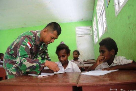 Prajurit TNI mengajar calistung di SD perbatasan RI--PNG