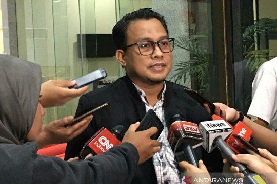 Advokat PDIP Donny Tri dicecar bukti percakapan kasus suap PAW