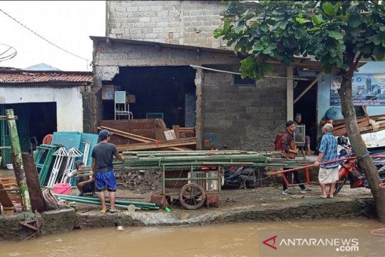 Lima bangunan di Cipinang Melayu ambruk dan hanyut saat banjir