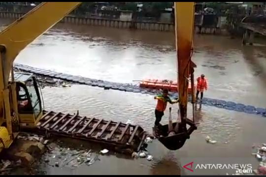 Mayat pria tanpa identitas ditemukan di aliran Banjir Kanal Barat