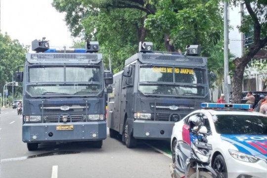Water Cannon dan panser Baracuda polisi kawal demo di Kementerian BUMN