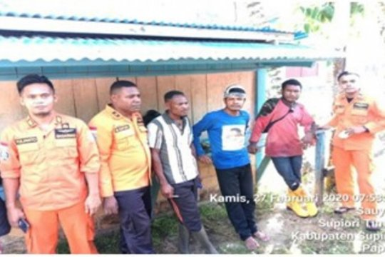 Tim SAR evakuasi tiga korban selamat kecelakaan sungai Wafor Supiori