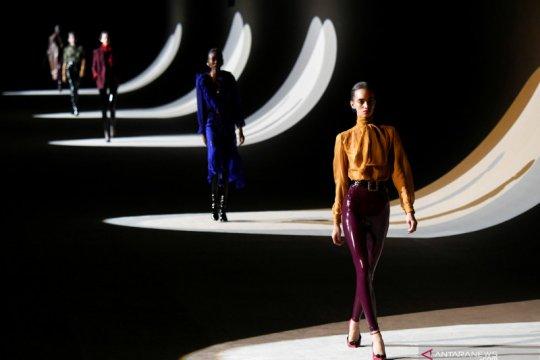 Saint Laurent tampilkan koleksi dramatis di Pekan Mode Paris