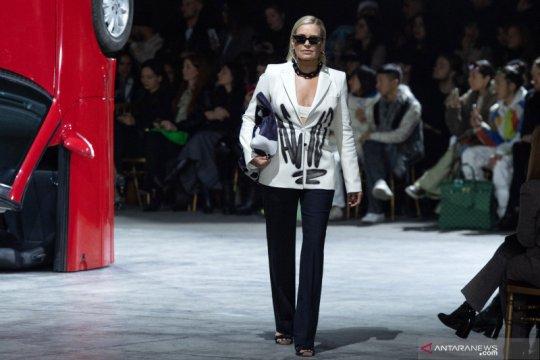Yolanda Hadid turut tampil di Pekan Mode Paris